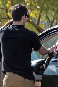 25/04/13: Joshua & Emily déjeunent en amoureux à Los Feliz