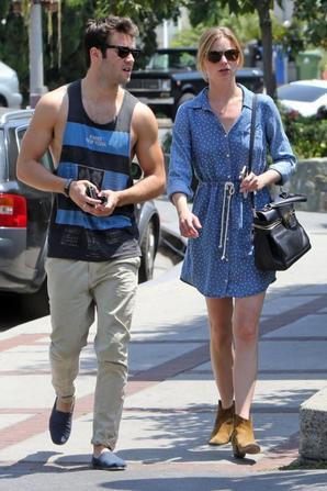 4/05/13: Le couple était en ballade à Hollywood après avoir déjeuné au Hollywood Cafe.