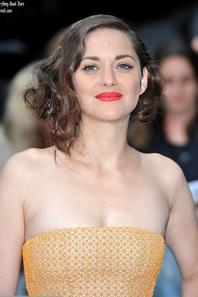 Anne Hathaway et Marion Cotillard se sont rendu à la première Londonienne de The Dark Knight Rises.   le 18 Juillet 2012