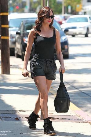 Rose Mcgowan a été aperçue sortant d'un salon de coiffure à Hollywood   le 24 Août  2012