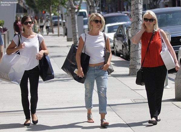 Julianne Hough en train de faire du shopping avec sa mére dans les rues de Beverly Hills  Le 1 Août 2013