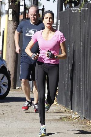 07/01/14: C'est pendant son footing que Teri Hatcher a été repérée dans les rues de Los Angeles