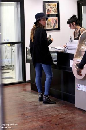 27/01/14: Jessica Alba aperçue avec une amie dans une boutique de perceur à West Hollywood