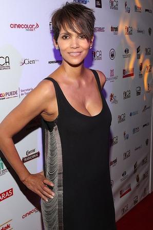 29/01/14: Halle Berry sur le tapis rouge du festival Acapulco Film au Mexique
