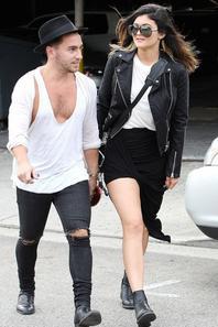 """01/02/14: Kylie Jenner aperçue sortant du salon de coiffeur """"Andy LeCompte"""" avec un ami, à Los Angeles"""