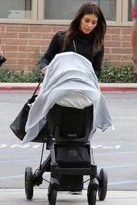 08/02/14: Kim Kardashian repérée avec sa fille North et des amies, se rendant déjeuner dans un restaurant italien en Californie