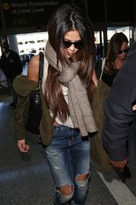 14/02/14: Selena Gomez repérée à l'aéroport de LAX à Los Angeles