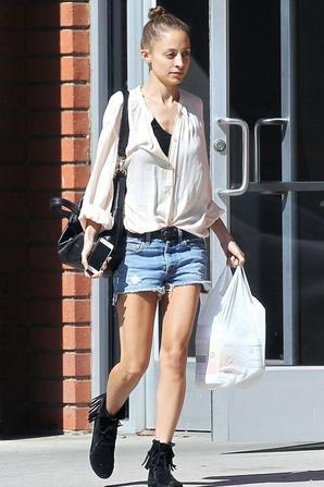 21/02/14: Nicole Richie aperçue de plus en plus maigre, dans les rues de Los Angeles