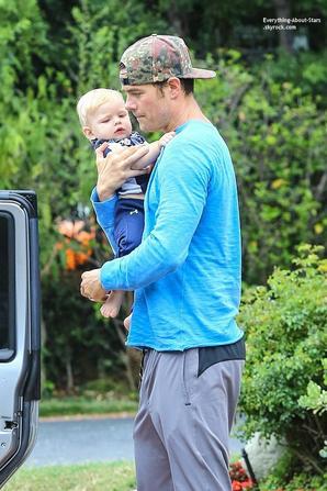 15/07/14: Josh Duhamel a été repérée avec son fils Axl dans les rues de Brentwood en Califonie