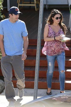 21/07/14: Mila Kunis aperçue avec Ashton Kutcher en virée dans Beverly Hills