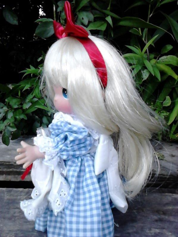 """poupee """"alice wonderland""""  avec son petit lapin! 2003 28cm, precious moment ( clin d'oeil a christina et pas que! )"""