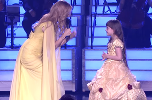 """Hier soir (le 24/05/17) Une petite fille habillée comme """"la belle"""" monte sur scène avec Céline après son interprétation """"How does a moment last forever"""" ♫ ♥ 👏"""