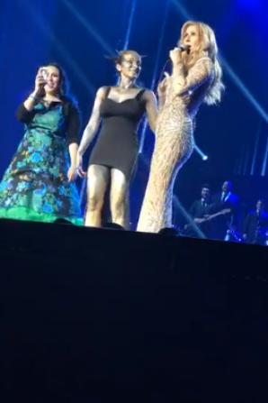 Regardez quelques captures de la vidéo de Ramona avec Céline et cette belle surprise que lui ont fait Vanessa et Alexandra hier soir le 31/05/17 Céline les a fait monter sur scène !!! vraiment génial