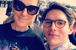 Céline Dion est à la sortie de son hôtel à Stockholm, en Suède, pour son concert de ce soir le 17/06 .Elle prend le temps de passer un moment avec des fans :)