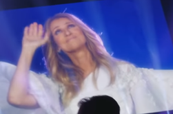 Ouverture du 1er concert de Céline  à Londres ! Petit changement pour la 1ere tenue , par contre elle nous a remis ca tenue blanche pour la 2ieme :( dommage !! on aura la noire peu être demain ?