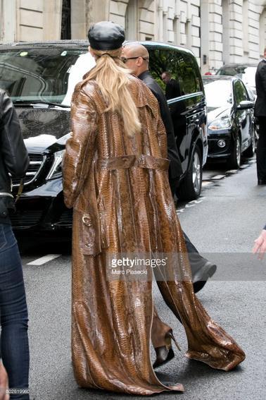 Le 28 Juin 2017 . Céline qui est sortie de son hôtel pour aller en repetitions ou pour descendre sur bordeaux pour demain ?