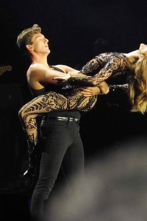 """LE BALLET 🔥😍❤️ #CélineDion à Bordeaux .... Elle chante avec un micro """"Madonna""""  dans une mise en scène très sexy !"""