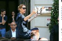 Puis Celine sort juste de son hôtel pour quelques photos et elle part pour l' AccorHotels Arena, Paris