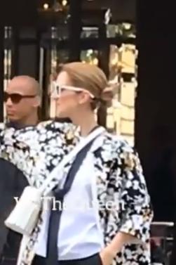 Céline quitte l'hôtel à Paris, direction la Suisse où elle fera spectacle ce soir. Le 15/07/17