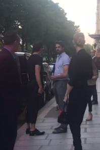 Céline vient de sortir de son hotel à Paris le 21/07/17