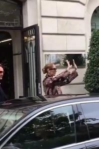 Céline vient de sortir de son hotel à Paris pour Berlin  ✈️️ Le 23/07/17
