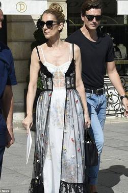 Mardi, 1er août 2017, avec son ami et danseur, Céline  à fait du shopping à Paris place Vendôme.
