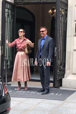Céline est sortie de son hôtel à Paris pour faire leeds en Angleterre et souhaite un joyeux anniversaire a un des ses gardes du corps en faisant chanter les fans ;)