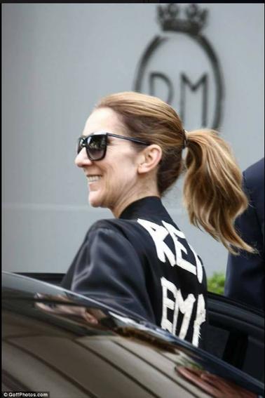 Céline sort de l hôtel pour aller a son dernier concert ...
