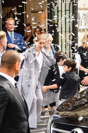 Le départ de celine sous une pluie de confettis et une vive émotion que l'on devine ds le yeux de celle -ci