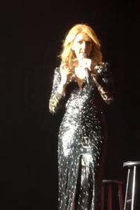 Hier soir, le 29/09/17,  Céline reçoit un c½ur en cadeau d'un fan !