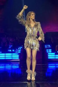 Différentes Photos de Céline pendant son spectacle à Vegas avec sa robe dorée !