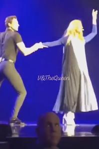 Et pour le plaisir des fans, elle dance de nouveau avec  Pepe Menoz sur la chanson « Falling into you » pour sa tournée en Asie ;)
