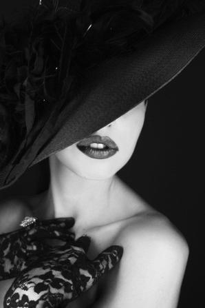 _________________Woman amazone_________________  C'est comme un air de liberté quand les premières mèches tombent au sol, la sensation de neuf de fraîcheur nous envahit,dorénavant plus légère à la tête comme dans celle-ci tu l'es d'autant plus de tes peurs et complexes, une chevelure qui s'en va pour la toute première fois avec le poids de nos souvenirs comme son ancien moi, une nouvelle vie une renaissance, devenir une nouvelle femme, une qui s'affranchit de tout et se libère de tout, une femme sans aucune gêne et libéré des relations de stress,se sentir libre et bien dans sa peau,se sentir plus femme et fière de l'être en s'assumant avec force,après tout le pilier d'un homme est la femme et celui-ci est son autre moitié son second pilier,parce que l'un a besoin de l'autre pour réaliser le meilleur ensemble,la femme tire sa force dans sa sensibilité qui devient sa propre force,une douce main de fer dans un gant de velour,forger sa place parmi les hommes font de soi une amazone...