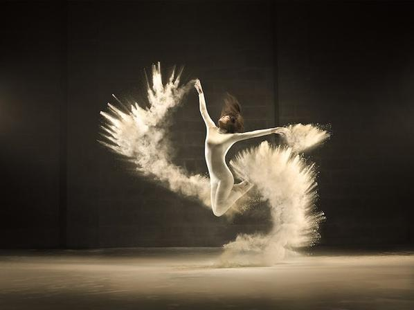 ____________________ Little star ◇•° ___________________________________________________Elle danse le soir au clair de lune, Un oiseau de nuit une fleur qui s'épanouit dans l'ombre,  Et alors le jour elle se mêlent à la foule et disparaît, Vivant pour un jour ses gestes n'en étaient que plus excitant, Vivant chaque moment comme une dernière cadence,  Elle vivait pour sa passion,  Pour chaque instant de frissons,  Elle était une étoile filante,  Où à chaque saut,  Elle devenait éblouissante,  Puis retombant pour s'eteindre,  Poétiquement ...°•◇