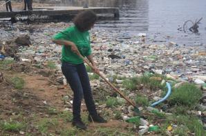 pollution  lagune  ebrie....le  personnel  de  hotel  ivoire au  boulot......