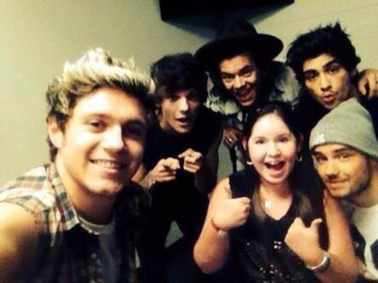 Les boys avec une fan hier soir en backstage