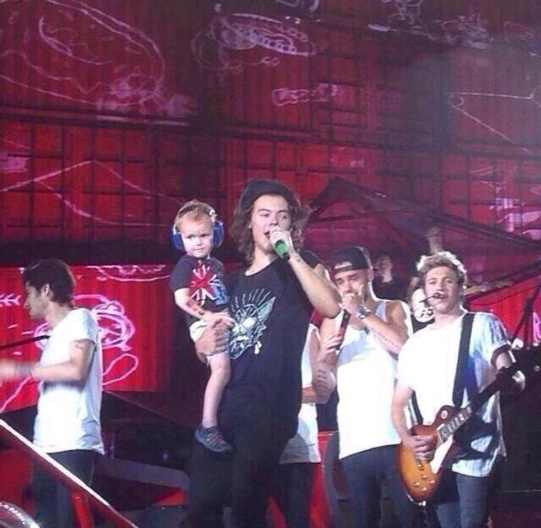 La guitare que Niall avait hier soir sur scène est un cadeau d'Harry. C'est trop gentil !