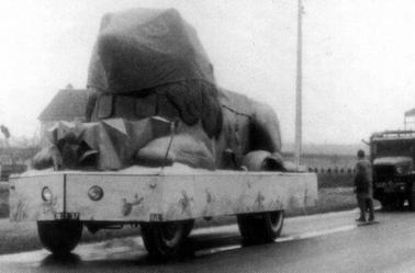 "Le char "" LION "" de la cavalcade Pinder de 1949 ."