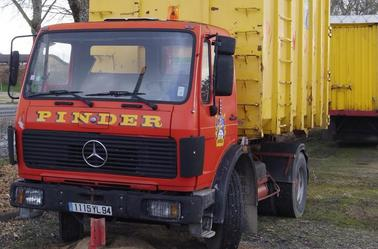Les camions Mercedes du Cirque Pinder