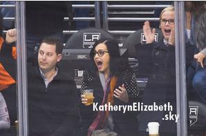 """09/03 : Katy a assisté à un match de hockey à LA //  Quelques belles photos de Katy après les Grammy //  Sophie-Tith reprend """"Firework"""" //  + Rumeurs"""