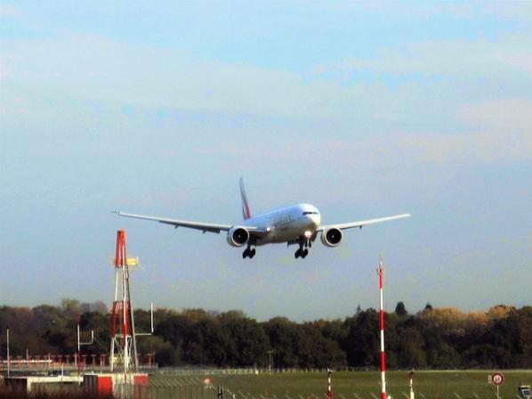 En atterrissage......le beau B 777-300 ER et A 330 d'Etihad...tout en douceur....