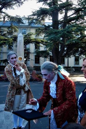 """Sous le regarde de """"Super Voltaire""""...la fête...."""