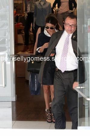 """le 01/08/13 notre sublime Selena faisait du shopping dans une boutique """" GAP """" a Santa Monica"""