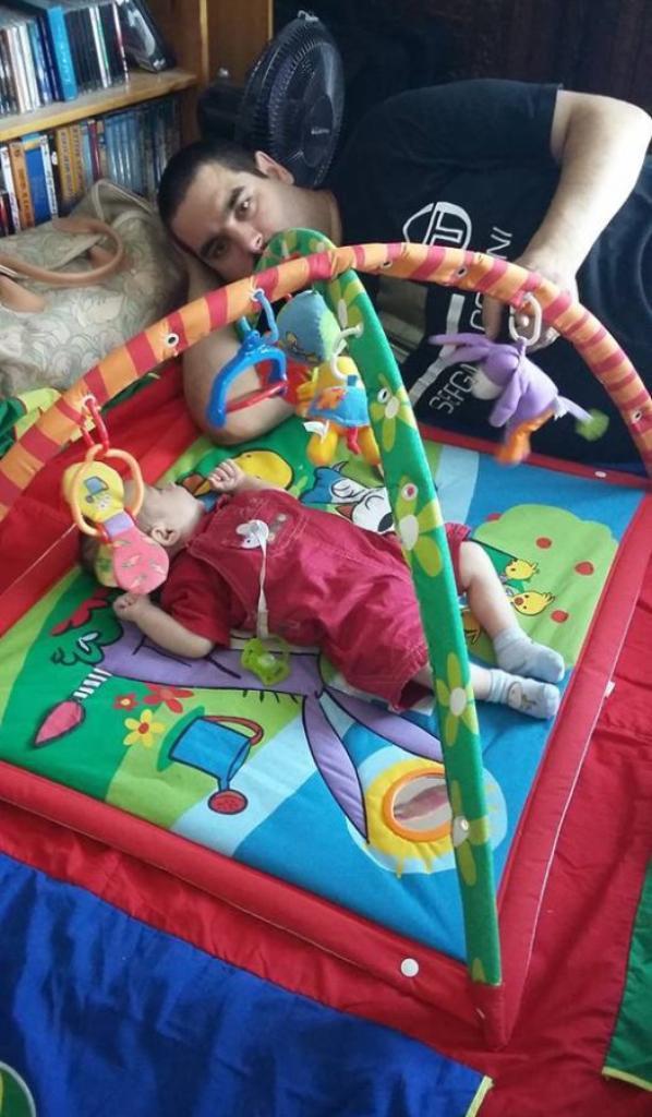 Moi occupé de jouer sur mon tapis d'éveil avec mon papa.