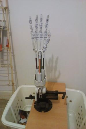 Reproduction du bras T-800 de Terminator