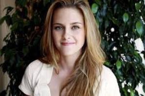 Kristen Stewart . . .  ( Isabella Swan )
