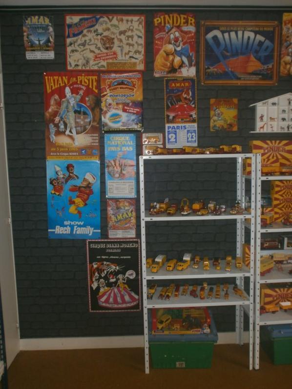 un tout petit aperçu de ma piece  consacré à mes collections sur le cirque