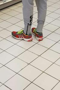 Photo de jeune homme  qui vaut etre a leur pied