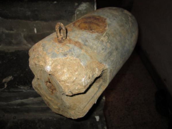 morcau de bombe fuimigene d'entrainement trouver dans les bois