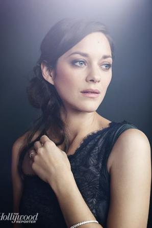 Marion Cotillard pose pour The Hollywood Reporter.